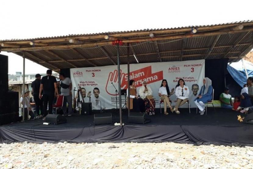 Selebritas Nagita Slavina dan Kartika Putri memandu acara pengenalan program Dokter Keliling di acara Baksos Akbar OK O-Care di Kampung Akuarium, Penjaringan, Jakarta Utara, Sabtu (15/4)