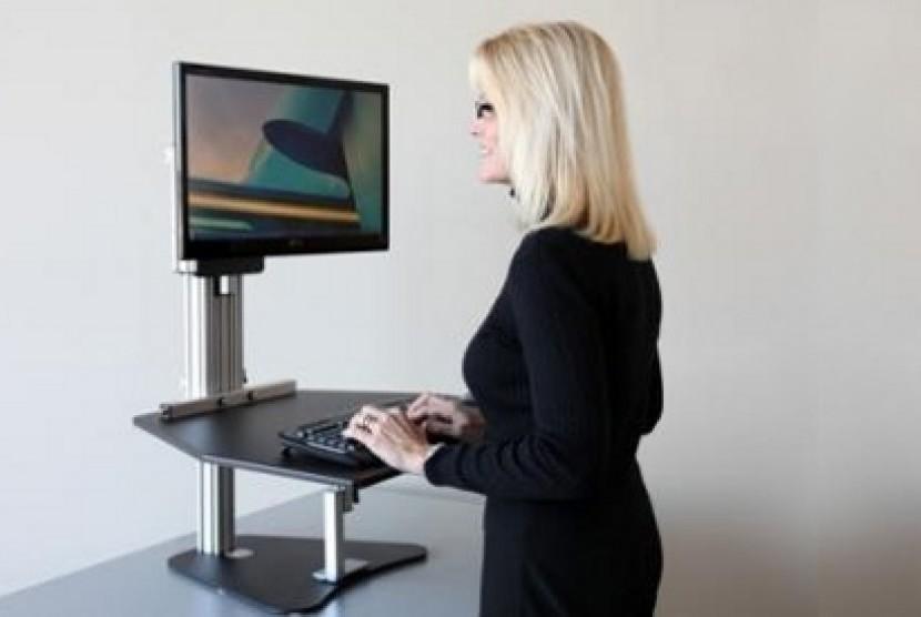 Selingi aktivitas duduk dengan berdiri saat bekerja.