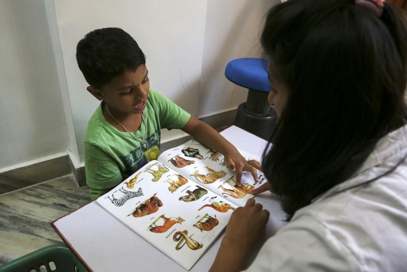 Seorang anak austisme sedang belajar di Mumbai, India. April adalah bulan kesadaran gangguan autisme sedunia.