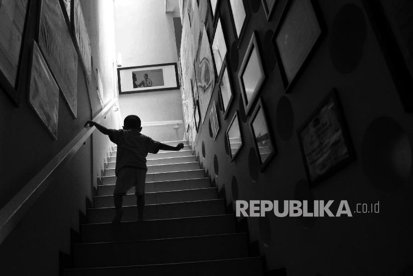 Seorang anak berjalan menuju kamarnya seusai bermain di Yayasan Kasih Anak Kanker Indonesia, Jakarta.Republika/Yasin Habibi