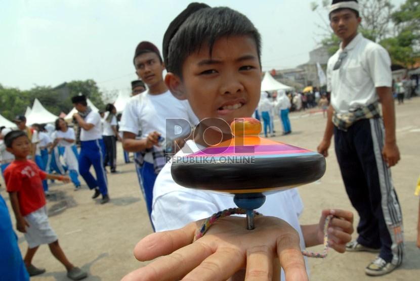Peragaan permainan gangsing atau panggal dalam acara Lebaran Betawi 2012 di lapangan exs Djabesmen Kelapa Gading ,Jakarta Utara,Senin (10/9).    (Agung Fatma Putra)