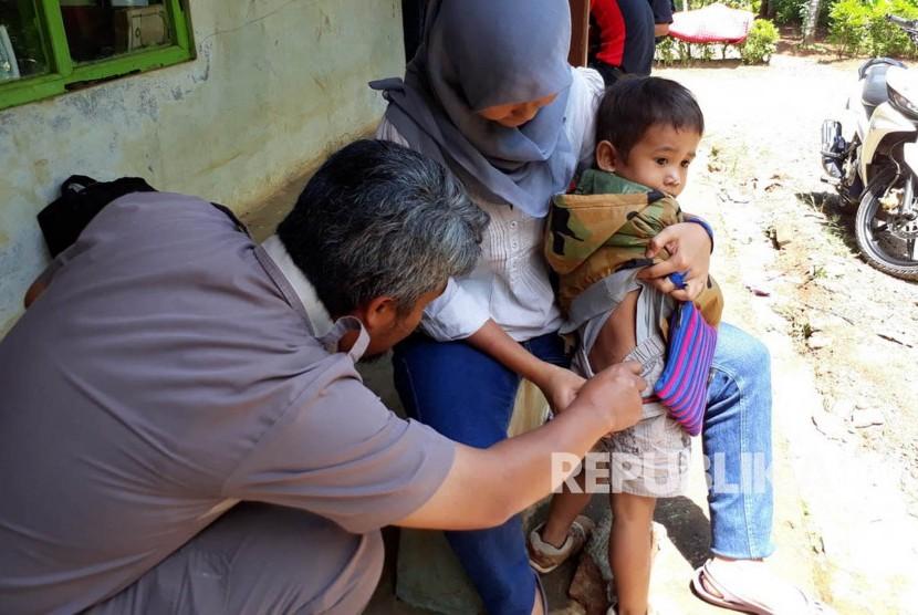 Seorang anak luka setelah didigit anjing liar, di Kecamatan Cikembar, Kabupaten Sukabumi, Selasa (28/3). Masih ada 10 kecamatan di Sukabumi yang rawan wabah rabies.