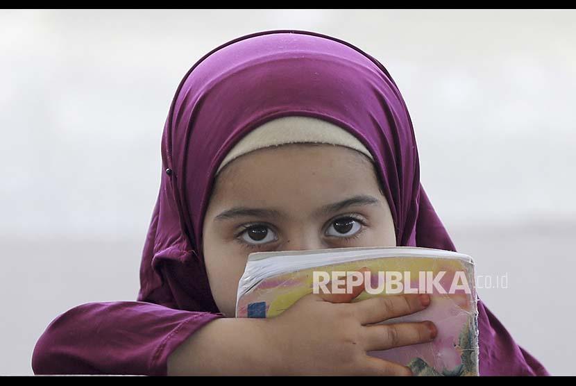 Seorang anak perempuan mengikuti pelajaran Alquran di Masjid Usman bin Affan, Khan Younis di Jalur Gaza, Palestina.