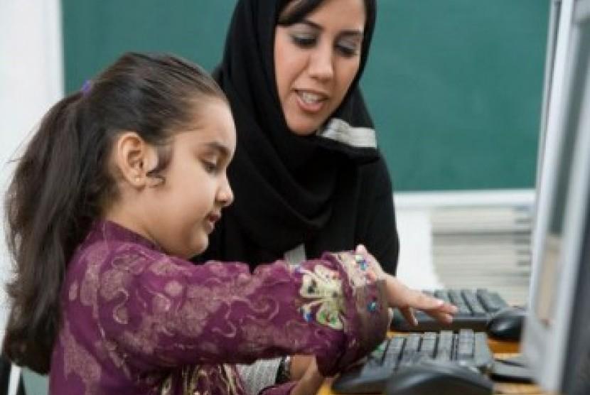 Seorang anak perempuan sedang belajar bersama ibunya/ilustrasi