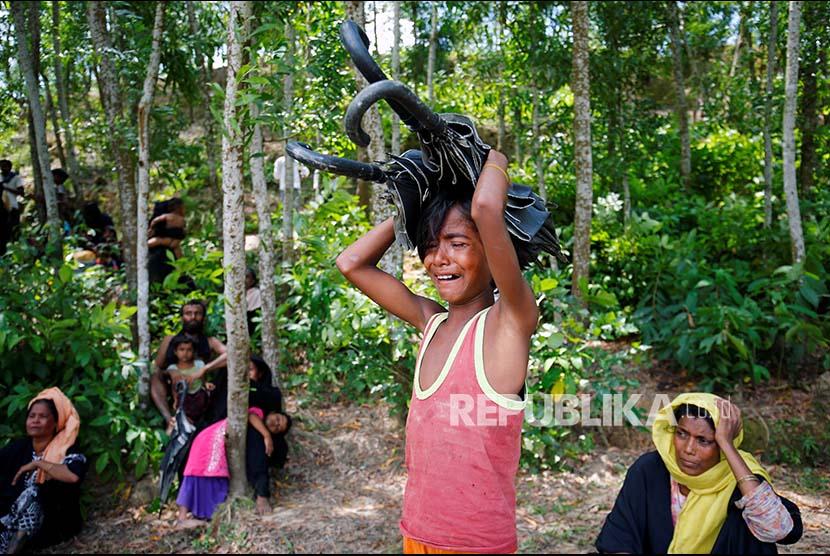 Seorang anak Rohingya menangis setelah dilarang memasuki wilayah Bangladesh dari wiayah Myanmar