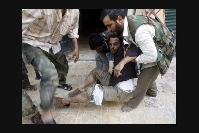 Seorang anggota Tentara Pembebasan Suriah terluka dalam pertempuran dengan pasukan loyalis Presiden Bashar al-Assad di Aleppo (Reuters/Goran Tomasevic).