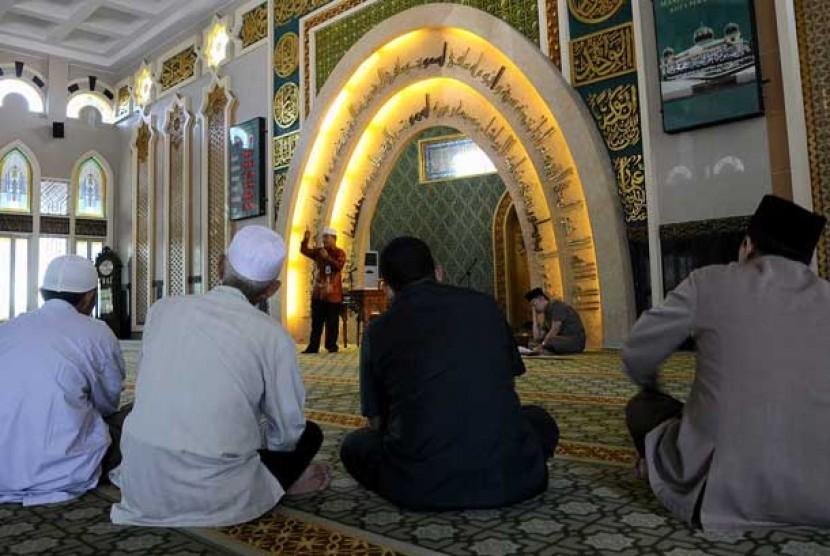 Seorang dai memberikan ceramah agama di masjid.  (ilustrasi)