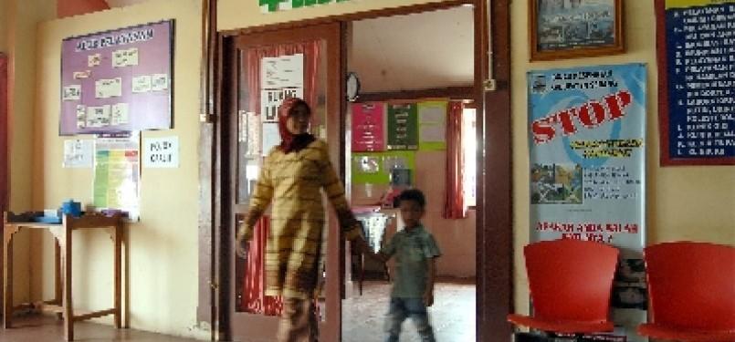 Seorang ibu membawa anaknya untuk diperiksa di Puskesmas. (ilustrasi)
