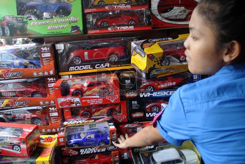 Seorang ibu memilih mainan untuk anaknya di Pasar Gembrong, Jatinegara, Jakarta Timur, Jumat (9/8).  (Republika/ Yasin Habibi)
