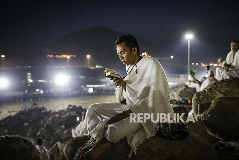 Seorang jamaah haji membaca al quran di Jabal Rahmah, Padang Arafah, Kamis (31/8)
