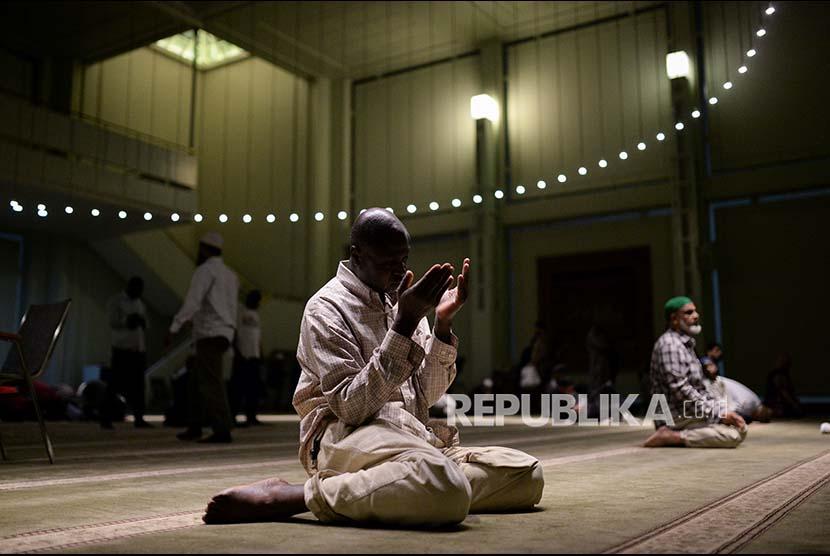 Seorang jamaah tengah berdoa usai berbuka puasa di Islamic Cultural Center, Manhattan, New York