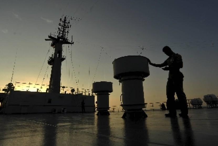 A crew member stands on the deck of KRI Surabaya-591. (Illustration)