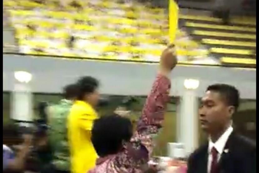 Seorang mahasiswa UI diamankan oleh Paspampres saat mengacungkan buku kuning untuk Presiden Jokowi, di sela Dies Natalis UI, Jumat (2/2)