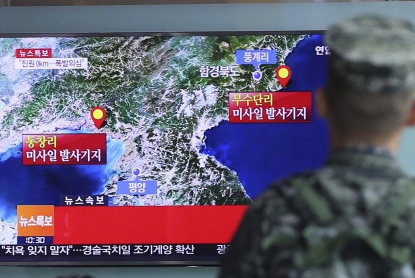 Seorang marinir Korea Selatan menyaksikan laporan mengenai uji coba nuklir Korea Utara melalui layar kaca di Stasiun Kereta Api Seoul di Seoul, Korea Selatan pada 2016.