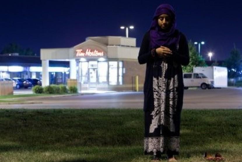 Seorang Muslimah Kanada mendirikan shalat di dekat kedai kopi Tim Hortons di Toronto, Ontario, Kanada. (ilustrasi)