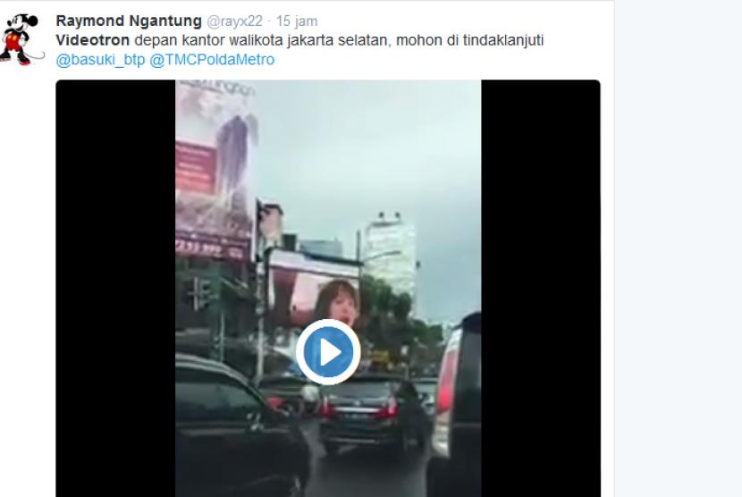 Seorang netizen mengunggah foto v ideotron di persimpangan Jalan Prapanca Raya yang menayangkan video porno, Jumat (30/9).