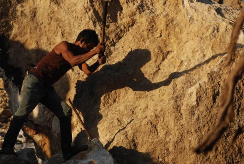 Seorang pekerja beraktifitas penambangan emas. Ilustrasi