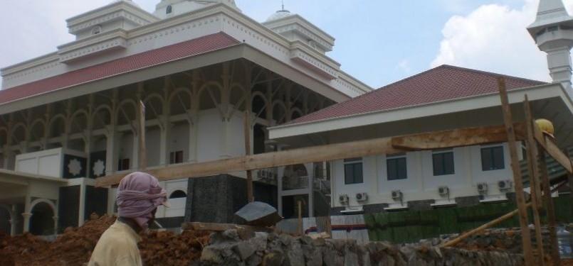Seorang pekerja beraktivitas dalam pembangunan sebuah masjid. (ilustrasi)