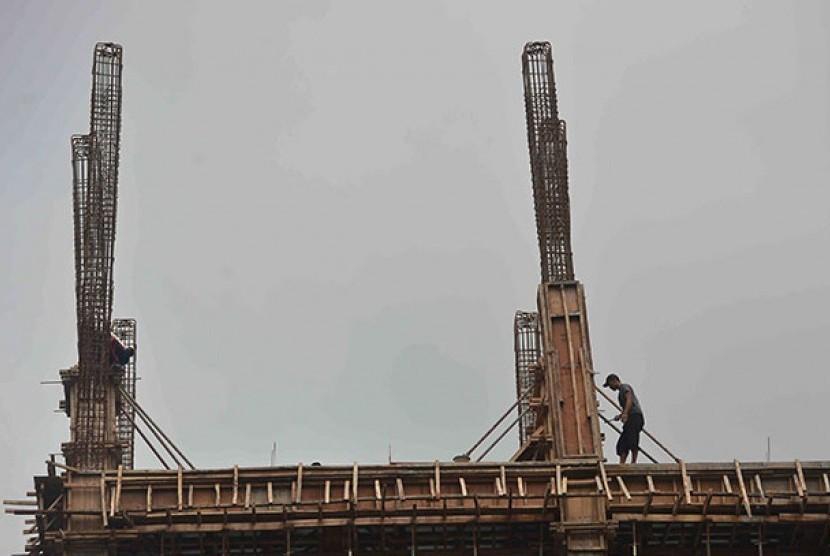Seorang pekerja di sebuah proyek infrastruktur