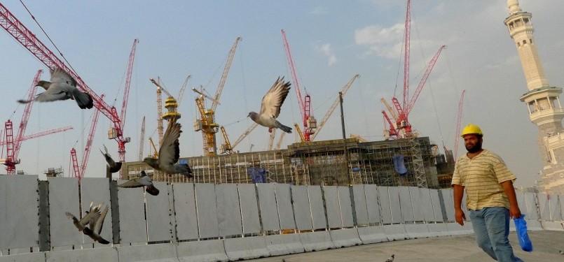 Seorang warga melintas di depan pembangunan perluasan Masjidil Haram, Mekkah, Arab Saudi, Selasa (4/10). Pemerintah Arab Saudi melakukan perluasan pelataran sebelah utara Masjidil Haram hingga 400 ribu meter dengan menghabiskan biaya USD21 miliar atau Rp.