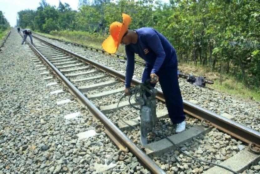 Seorang pekerja tengah melakukan perawatan rel kereta api (Ilustrasi)