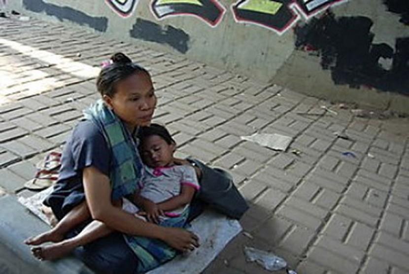 Seorang pengemis bersama bayinya