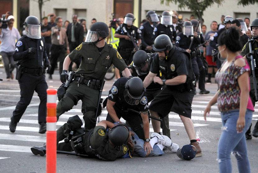Seorang pengunjuk rasa ditangkap polisi dari Orange County saat berunjuk rasa  memprotes aksi penembakan polisi di Anaheim, California, Selasa (24/7) waktu setempat. (Alex Gallardo/Reuters)