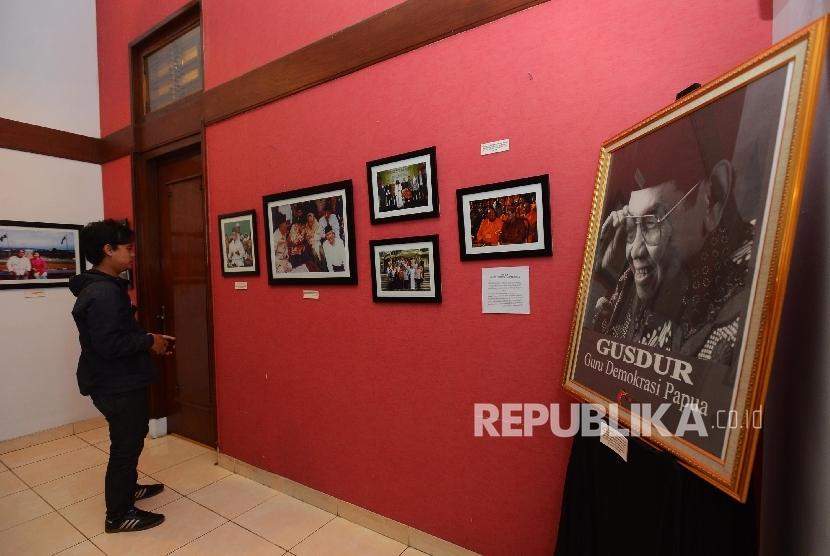 Seorang pengunjung melihat koleksi foto Gus Dur di rumah pergerakan Gus Dur sesaat sebelum pembukaan di Menteng, Jakarta Pusat, Ahad (24/1).