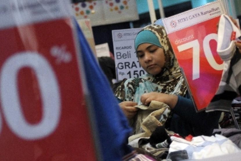 Seorang pengunjung memilih pakaian yang didiskon jelang Lebaran di salah satu pusat perbelanjaan Jakarta.