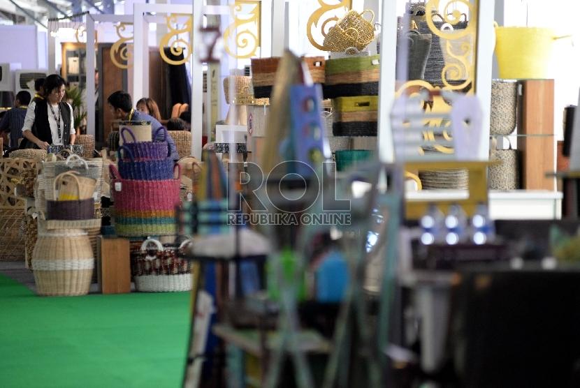 Seorang pengunjung mengamati produk furniture Indonesia dalam sebuah pameran di Jakarta. Ilustrasi