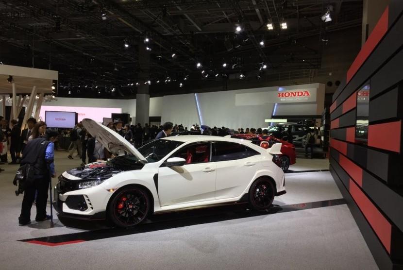 Seorang pengunjung sedang memperhatikan salah satu produk mobil Honda di arena pameran Tokyo Motor Show di Tokyo Rabu (25/10).