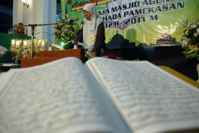 Seorang peserta membaca Alquran, saat berlangsung lomba Musabaqoh Tilawatil Quran (MTQ) tingkat remaja.