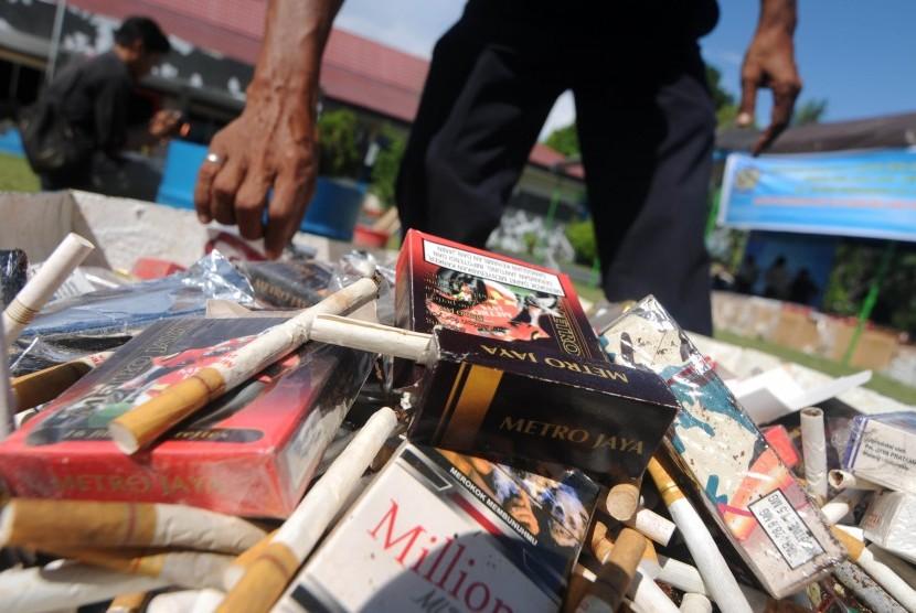 Seorang petugas memeriksa rokok ilegal sebelum dimusnahkan di kantor Bea Cukai Pantoloan, Palu, Sulawesi Tengah, Jumat (21/4).