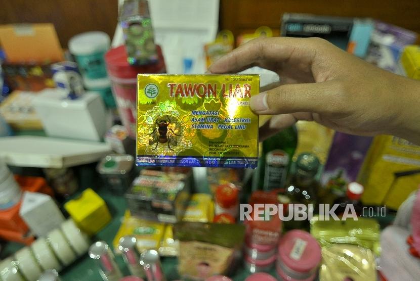 Seorang petugas memperlihatkan barang bukti obat tradisional ilegal di Kantor Balai Besar Pengawas Obat dan Makanan (BBPOM) Bandung, Jalan Dr. Djunjunan (Pasteur), Kota Bandung, Senin (31/10).