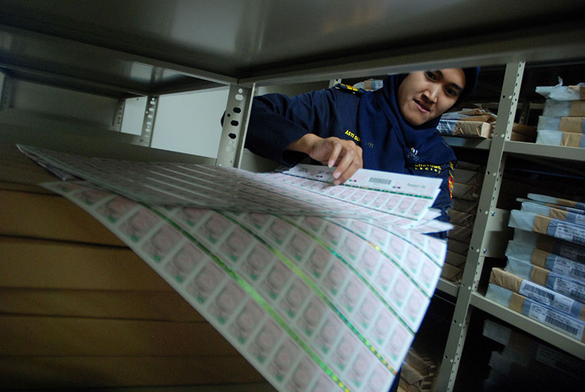 Seorang petugas menata pita cukai rokok di Kantor Pengawasan dan Pelayanan Bea Cukai (KPPBC) Tipe Madya Kudus, Kudus, Jateng.