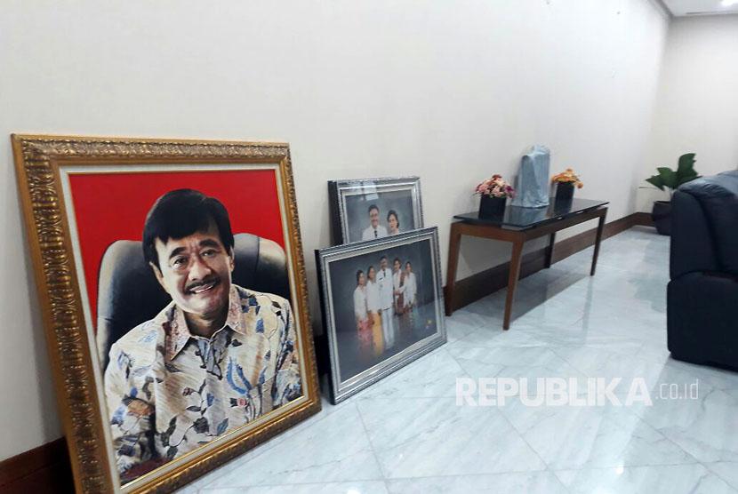 Seorang petugas menurunkan foto Gubernur DKI Jakarta Djarot Saiful Hidayat di ruangan Gubernur DKI lantai 2 Blok B Balai Kota DKI, Jumat (13/10).