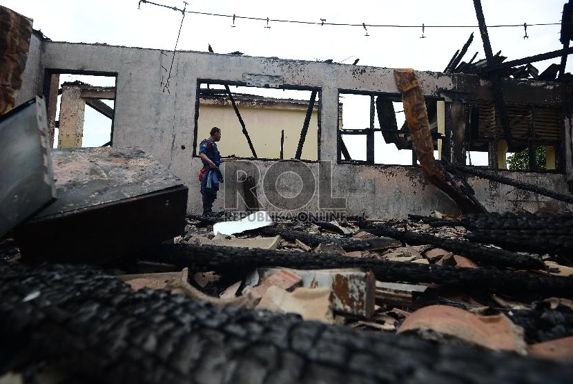 Ilustrasi sekolah terbakar.