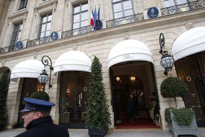 Seorang petugas valet di Hotel Ritz di Paris, Kamis (11/1). Polisi berhasil menemukan permata yang dicuri dari hotel tersebut.