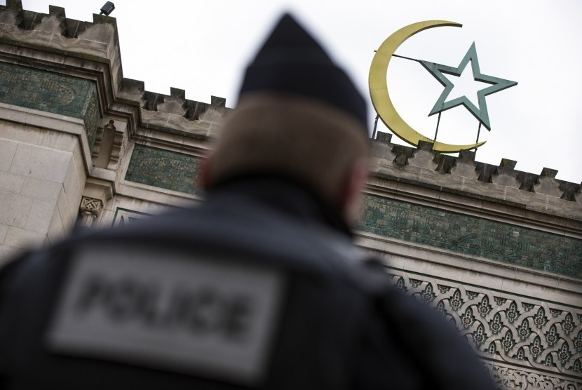 French police secure the area in front of a mosque at Paris. (Illustration)
