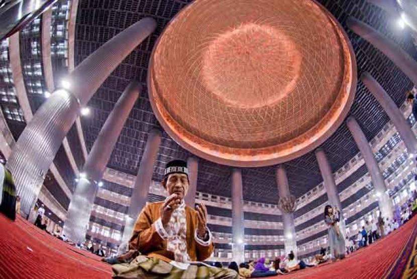 Seorang pria shalat di Masjid Istiqlal, Jakarta.   (ilustrasi)