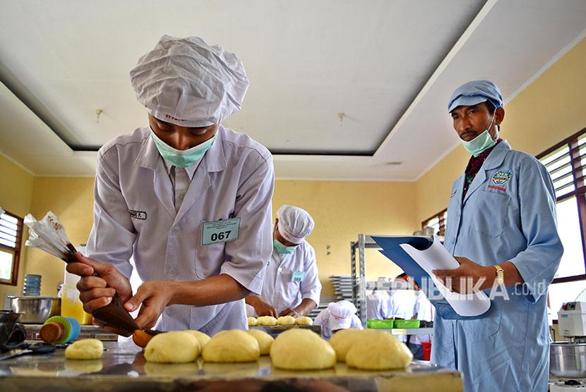 Seorang siswa membuat roti saat ujian kompetensi keahlian pengolahan hasil pertanian di SMK Negeri 1 Bawen, Kabupaten Semarang, Jawa Tengah, Rabu (18/4).