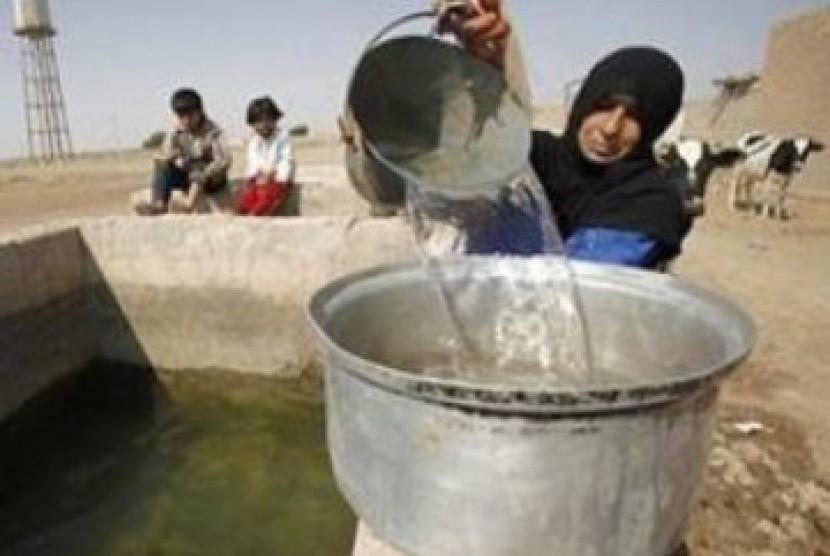 Seorang wanita mengambil air dari sebuah sumur. Pembuangan air limbah, sampah berbahaya dan penggunaan bahan kimia pertanian telah mengontaminasi air tanah di Jalur Gaza