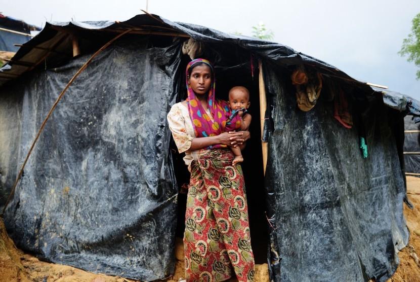Seorang wanita pengungsi Rohingya bersama anaknya berdiri di Kamp Pengungsian Ukhia, Cox Bazar, Bangladesh, Kamis (28/9).