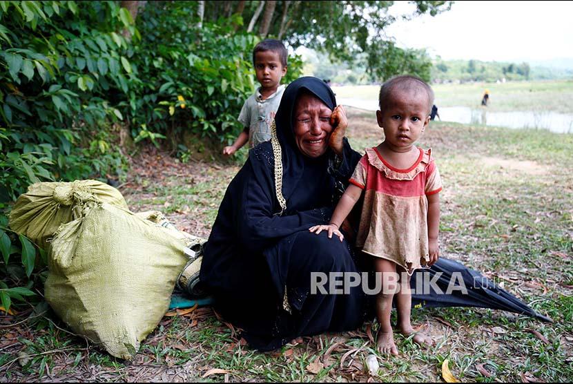 Seorang wanita Rohingya menangis setelah dilarang memasuki wilayah Bangladesh dari wiayah Myanmar