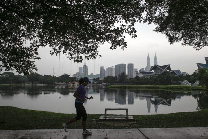 Seorang wanita sedang berolahraga pagi. (ilustrasi)