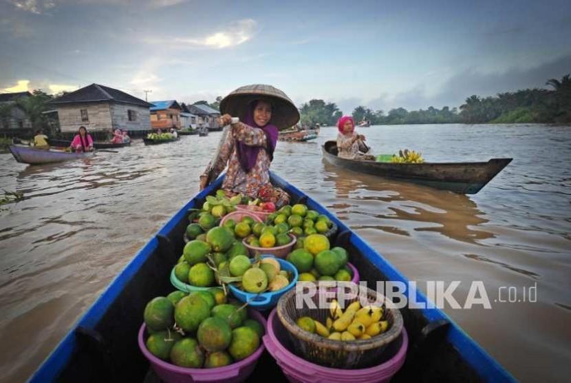 Seorang wanita tengah mendayung jukung (perahu khas Banjarmasin) di pasar terapung Martapura  (Foto: Edwin Dwi Putranto)
