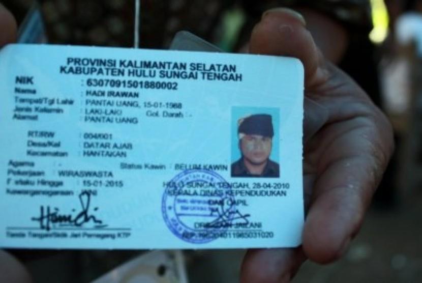 Seorang warga adat Dayak Meratus menunjukkan KTP dengan kolom agama yang dikosongkan.