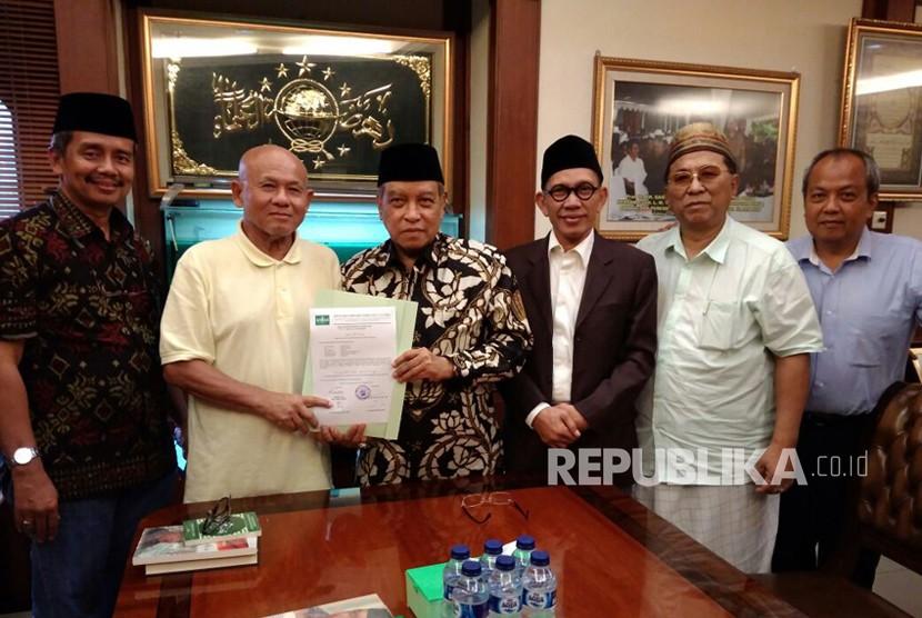 Seorang warga negara Amerika penganut Agnostik, Russel Qu usai dibimbing membaca syahadat oleh Ketum PBNU KH Said Aqil Siroj di Kantor PBNU, Jakarta Pusat, Senin (26/2) sore.
