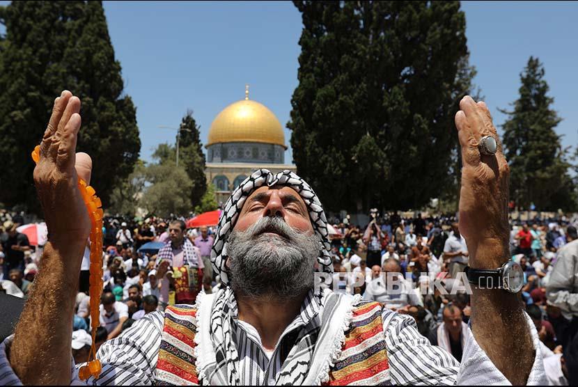 Seorang warga Palestina berdoa usai menunaikan Shalat JUmat di Masjidil Al Aqsa, pada minggu ke-3 bulan Ramadhan 1438H