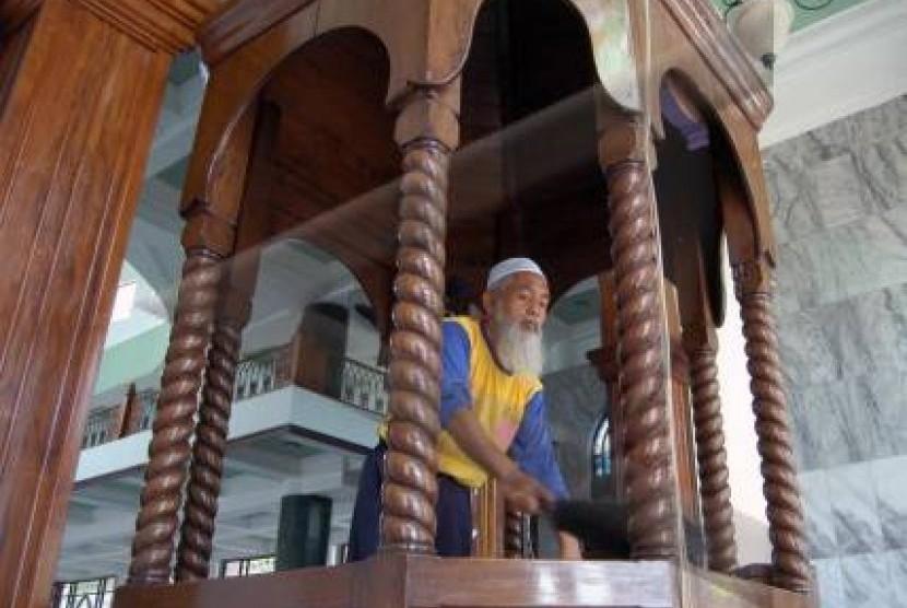 Seoranng takmir membersihkan mimbar masjid (ilustrasi)